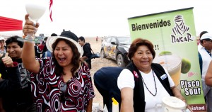 Το εθνικό cocktail ετοιμάζουν γυναίκες απο το Περού,μια ανάσα πριν απο τον τερματισμό.Πηγή φώτο((Martin Bernetti/AFP/Getty Images)