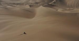 Το ΚΤΜ διασχίζει την έρημο,σαν κόκκος στην άμμο στην κυρολεξία.Πηγή φώτο:(Jerome Prevost/Associatied Press/Pool)