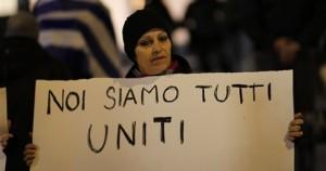 «Είμαστε όλοι ενωμένοι» γράφει το πλακάτ της Ιταλίδας