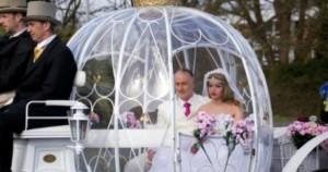 Άνδρας παντρεύτηκε μια πλαστική κούκλα