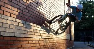 Κάνοντας parkour με ένα ποδήλατο