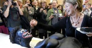 Η υπουργός και το «ρατσιστικό» κέικ