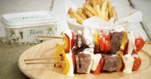 Σουβλάκι από μοσχαρίσιο φιλέτο και λαχανικά σε λευκή σάλτσα παρμεζάνας