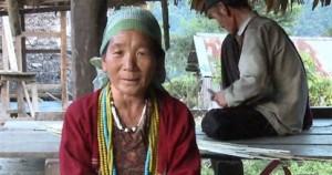 Η Αμπάμου Ντέτζιο τραγουδά στα κόρο -μια γλώσσα που ανακαλύφθηκε πρόσφατα στα βουνά της βορειοανατολικής Ινδίας και χρησιμοποιείται από 4.000 άτομα (Πηγή: Endangered Languages Project)