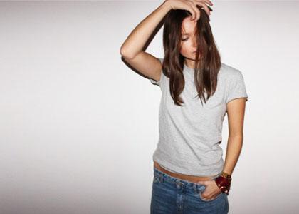 Ένα t-shirt, denim και ένα κόσμημα στο καρπό