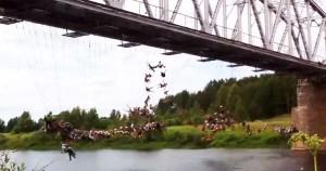 135 άτομα κάνουν ταυτόχρονα bungee jumping