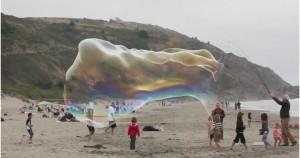 Τεράστιες σαπουνόφουσκες στην παραλία