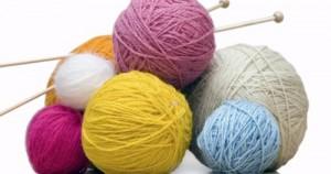 Οι γιαγιάδες του ΚΑΠΗ μαθαίνουν τα παιδιά να πλέκουν και να ράβουν