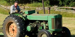 Αγρότης με τρακτέρ