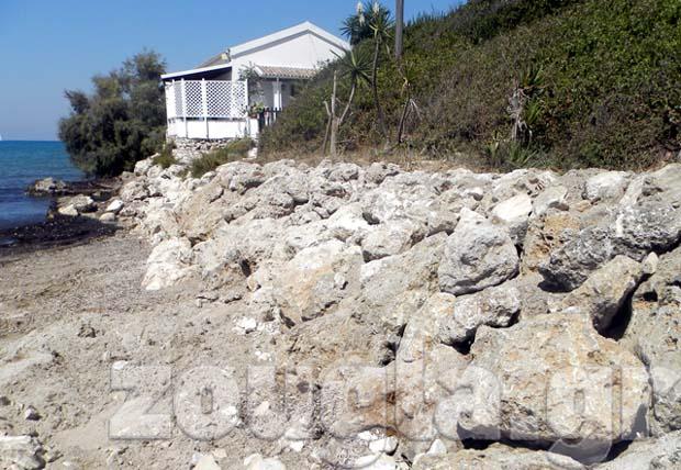 Μπάζα πάνω στα βράχια της παραλίας