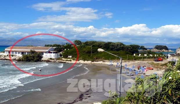 Η κατοικία και η παραλία με τις ξαπλώστρες