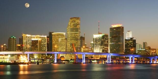 Νύχτα στο Μαϊάμι με θέα τους φωτισμένους ουρανοξύστες