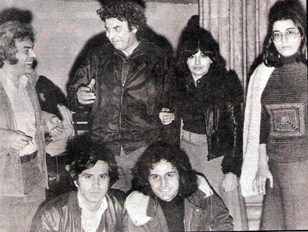 Μάνος Λοΐζος με τους Μίκη Θεοδωράκη, Χάρι Αλεξίου, Μαρία Φαραντούρη, Γιώργο Νταλάρα και Βασίλη Παπακωνσταντίνου