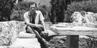 Ο Πάτρικ Λι Φέρμορ στην αυλή του σπιτιού του στην Καρδαμύλη στα μέσα της δεκαετίας του 1970