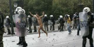 Γυμνός διαδηλωτής
