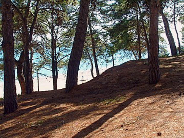 Η παραλία στη Σκάλα πίσω από τον λόφο