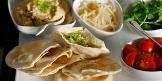 Χούμους σε αραβικές πίτες με λαχανικά