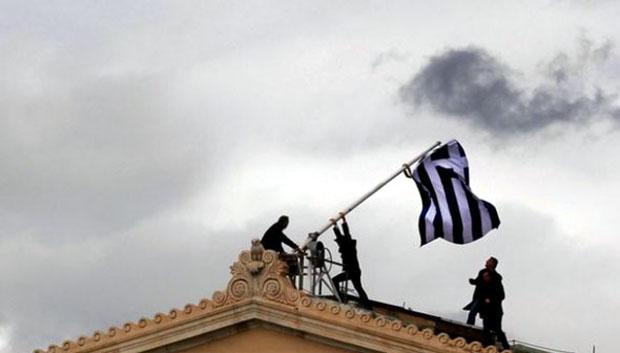 Οι υπάλληλοι της Βουλής αντικαθιστούν την ελληνική σημαία σ