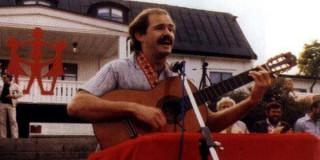 O Γ.Παπανδρέου με κιθάρα