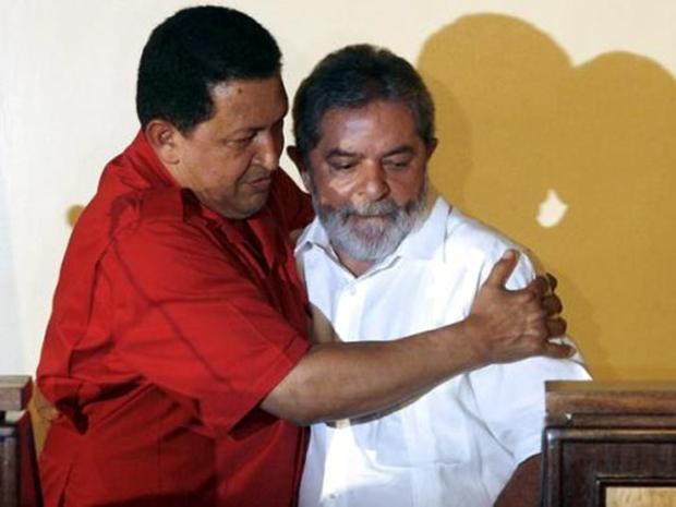 Ο Τσάβες αγκαλιάζει τον βραζιλιάνο ομολογό του Λούλα ντα Σίλβα - πάσχοντα από καρκίνο - το 2007