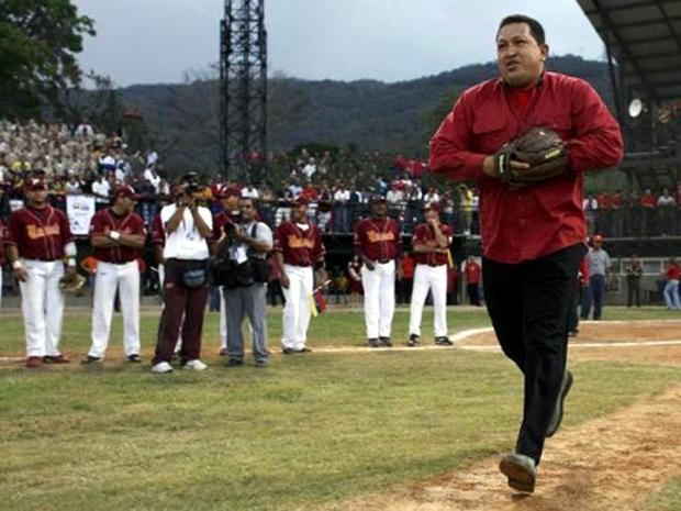 Ο Τσάβες ρίχνει την πρώτη βολή σε αγώνα μπέιζμπολ το 2007