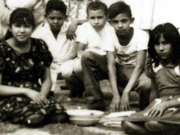 Ο μικρός Τσάβες με φίλους του από το σχολείο.