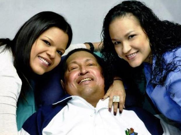Η τελευταία φωτογραφία: Ο Τσάβες με τις κόρες του μετά την θεραπεία στην Κούβα