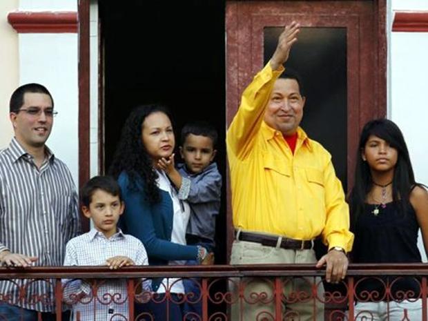 Στη γιορτή των 57ων γενεθλίων του χαιρετά τους οπαδούς του στο Καράκας