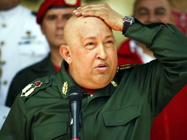 Ο Τσάβες αγγίζει το κεφάλι του στην υποδοχή του πρόεδρου της Βολιβίας Έβο Μοράλες το 2011