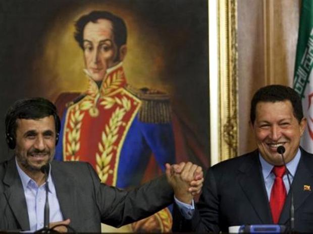 Με τον ιρανό πρόεδρο Αχμαντινετζάντ κατά τη διάρκεια υπογραφής συμφωνίας στο Παλάτι Μιραφλόρες