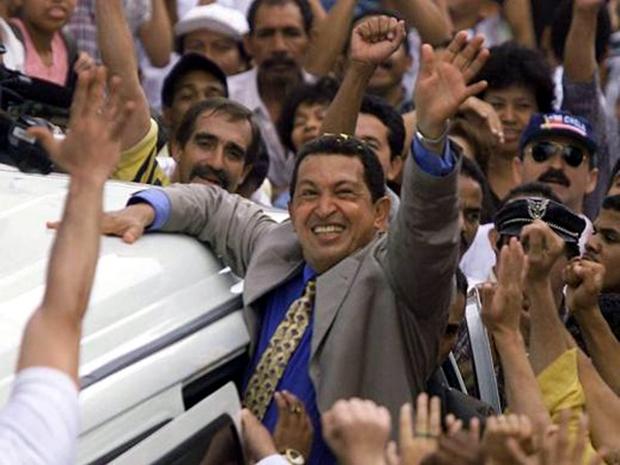 Ο Τσάβες χαιρετά τους υποστηρικτές του στις εκλογές του 1998