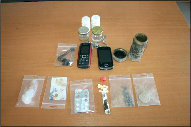 Συνελήφθησαν χθες (03.04.2013) το μεσημέρι στο Αργοστόλι Κεφαλονιάς, από αστυνομικούς του Τμήματος Ασφαλείας Αργοστολίου, τρεις ημεδαποί ηλικίας 46,38 και 36 ετών για τα κατά περίπτωση αδικήματα της κατοχής ναρκωτικών ουσιών, αντίστασης, απείθειας, απειλής και εξύβρισης σε βάρος αστυνομικών.   Αναλυτικότερα σε έρευνα που πραγματοποίησαν οι αστυνομικοί στην οικία του 38χρονου και του 46χρονου παρουσία δικαστικού λειτουργού και με την συνδρομή αστυνομικού σκύλου ανίχνευσης ναρκωτικών ουσιών βρέθηκαν και κατασχέθηκαν:  ποσότητα ηρωίνης βάρους 10 γραμμαρίων περίπου  25 δισκία απαγορευμένων φαρμακευτικών σκευασμάτων  διάφορες συσκευασίες με υπολείμματα ναρκωτικών ουσιών  δύο κινητά τηλέφωνα  Κατά την διάρκεια της έρευνας ο 38χρονος εξύβρισε τους αστυνομικούς ενώ παράλληλα ο 46χρονος αρνήθηκε τον έλεγχο απωθώντας τους.   Στην συνέχεια ένας ακόμη 36χρονος ημεδαπός που βρισκόταν στον εξωτερικό χώρο της οικίας προσπάθησε να εμποδίσει την έρευνα εξυβρίζοντας και απειλώντας τους αστυνομικούς και προκάλεσε μικρές υλικές φθορές στο περιπολικό.   Οι τρεις ημεδαποί οδηγήθηκαν στον κ. Εισαγγελέα Πλημμελειοδικών Κεφαλληνίας.