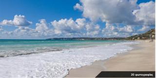 Η εκτεταμένη αμμουδερή παραλία στον κόλπο Λουρδά