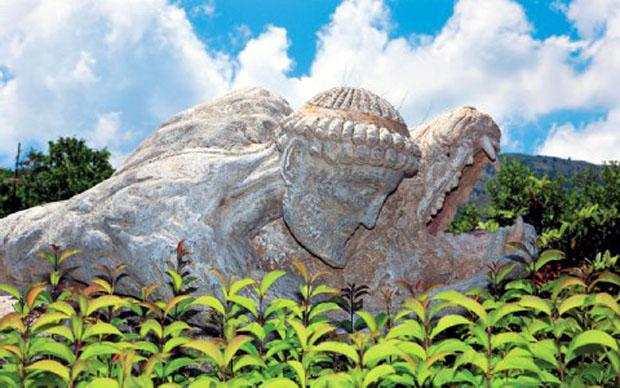 Αγαλμα του Ηρακλή στην Αγία Ειρήνη, στην πεδιάδα του Αρακλιού.