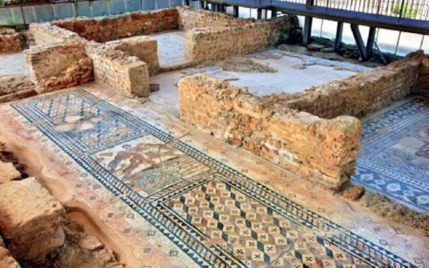 Στη ρωμαϊκή έπαυλη της Σκάλας διατηρούνται σε καλή κατάσταση ψηφιδωτά του 2ου ή του 3ου μ.Χ. αιώνα.