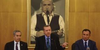Ο Ταγίπ Ερντογάν, με το πορτραίτο του «υπαίτιου» των εξεγέρσεων πίσω του