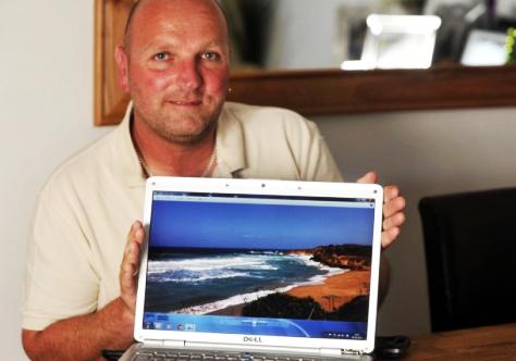 Ο Tyrone Holman 43 ετών δείχνει στο laptop του τη παραλία Άμμες στα Σβορωνάτα.