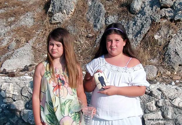 Σάμη: Δυο κορίτσια, ένα μπουκάλι, πολλές αναμνήσεις