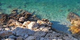 Πτώμα γυναίκας στα βράχια του λιμανιού του Ληξουρίου
