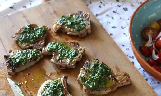 Αρνίσια Παϊδάκια με Σάλτσα Μυρωδικών