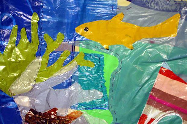 Τοιχογραφία κατασκευασμένη από την Dianna Cohen και παιδιά  πρωτοβάθμιας εκπαίδευσης στην Βαρκελώνη , Ισπανία , 2010.