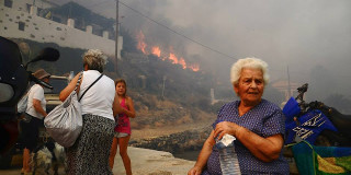 Σπίτια απείλησαν οι φωτιές σε Ρόδο, Κρήτη, Σέριφο