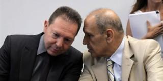 Φωτογραφία από την υπογραφή της συμφωνίας για το 33% του ΟΠΑΠ. Ο κ. Στουρνάρας συνομιλεί με τον κ. Σταυρίδη