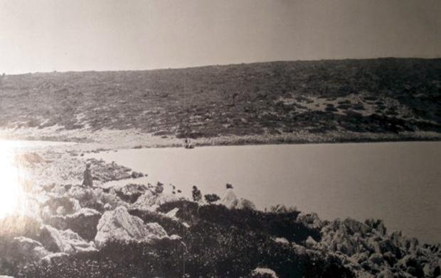 Οι αμφίδυμοι λιμένες επί της νήσου Αρκούδι-Αστερίς. Το άκρο του νότιου λιμανιού. (Πηγή: Wilhelm Dörpfeld, Alt-Ithaka, zweiter Band, Beilage 5)