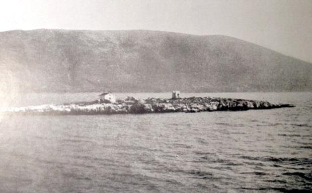 Το νησί Δασκαλιό-Αστερίς από δυτικά που εκλαμβάνεται από τους Ιθακιστές ως η Ομηρική Αστερίς και στο βάθος το Θιάκι (Πηγή: Wilhelm Dörpfeld, Alt-Ithaka, zweiter Band, Beilage