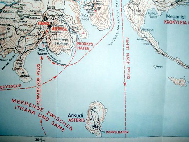 Διακρίνονται στο χάρτη, το νησί Αρκούδι-Αστερίς, το λιμάνι του Φόρκυνος, η πορεία του Οδυσσέα προς την Πύλο, η πορεία που ακολούθησε στην επιστροφή του από την Πύλο και ο όρμος Σκύδι που αποβιβάστηκε αποφεύγοντας την ενέδρα των μνηστήρων (Πηγή: Wilhelm Dörpfeld, Alt-Ithaka, zweiter Band, Tafel