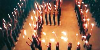 Η Χρυσή Αυγή διοργάνωσε το εθνικιστικό - κιτς σόου στις Θερμοπύλες με αισθητικές αναφορές στα πρότυπα της Κου Κλουξ Κλαν
