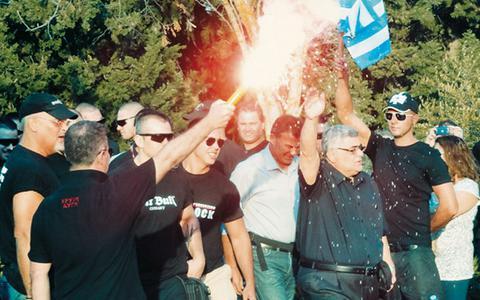 Φωτογραφία από την εκδήλωση στις Θερμοπύλες, όπου ο Ν. Μιχαλολιάκος εικονίζεται να χαιρετά με προτεταμένο το χέρι κατά το ναζιστικό πρότυπο