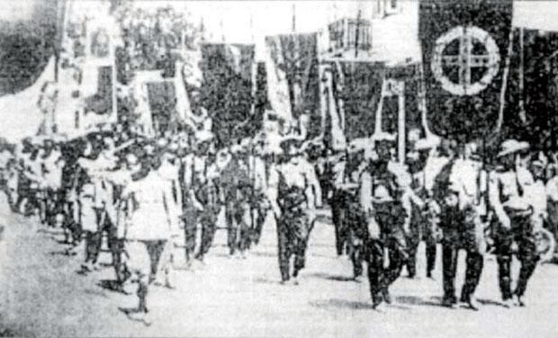 Παρέλαση Τριεψιλιτών με τα λάβαρα και τις σημαίες τους