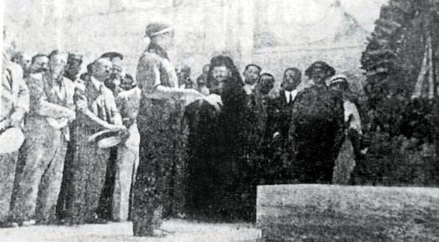 Κατάθεση στεφανιών από τους Τριεψιλίτες στο μνημείο του Αγνωστου Στρατιώτη το 1933. Παρόντες ήταν αρκετοί υπουργοί